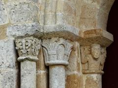 Eglise de la Chapelle-Saint-Robert - Français:   Les chapiteaux à gauche du portail d\'entrée, église Saint-Robert, Javerlhac-et-la-Chapelle-Saint-Robert, Dordogne, France.