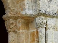Eglise de la Chapelle-Saint-Robert - Français:   Les chapiteaux à droite du portail d\'entrée, église Saint-Robert, Javerlhac-et-la-Chapelle-Saint-Robert, Dordogne, France.