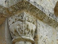 Eglise de la Chapelle-Saint-Robert - Français:   Chapiteau représentant des éléphants à droite du portail d\'entrée, église Saint-Robert, Javerlhac-et-la-Chapelle-Saint-Robert, Dordogne, France.
