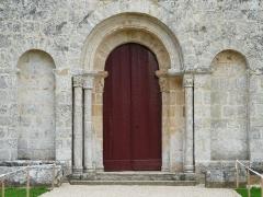 Eglise de la Chapelle-Saint-Robert - Français:   Le portail de l\'église Saint-Robert, Javerlhac-et-la-Chapelle-Saint-Robert, Dordogne, France.