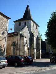 Eglise de Javerlhac - Deutsch: Die Kirche von Javerlhac mit ihrem gedrehten Turm. Auf der Seitenmauer ist ein kleines Schaf zu erkennen.