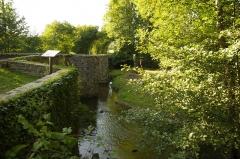 Pont dit Pont de la Tour sur la rivière de l'Isle (également sur communes de Saint-Yrieix-la-Perche et Le Chalard, dans la Haute-Vienne) - Deutsch:   Le Chalard, Haute-Vienne, Frankreich - Der Fluss Isle und die Brücke aus dem Mittelalter