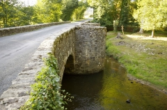 Pont dit Pont de la Tour sur la rivière de l'Isle (également sur communes de Saint-Yrieix-la-Perche et Le Chalard, dans la Haute-Vienne) - Français:   Pont médiéval sur l\'Isle entre les communes Le Chalard et Jumihac le Grand, France.