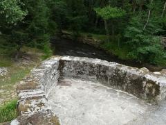 Pont dit Pont de la Tour sur la rivière de l'Isle (également sur communes de Saint-Yrieix-la-Perche et Le Chalard, dans la Haute-Vienne) - Français:   Au niveau de la chaussée, l\'un des deux avant-becs du pont de la Tour, situé en limites du Chalard, de Jumilhac-le-Grand et de Saint-Yrieix-la-Perche, France.