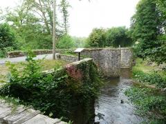 Pont dit Pont de la Tour sur la rivière de l'Isle (également sur communes de Saint-Yrieix-la-Perche et Le Chalard, dans la Haute-Vienne) - Français:   Côté amont, le pont de la Tour sur l\'Isle, en limites du Chalard, de Jumilhac-le-Grand et de Saint-Yrieix-la-Perche, France.