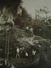 Abri du Cap-Blanc à Laussel -  Photo of 1911 showing the archaeological excavations of the cave: Abri de Cap Blanc