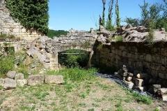 Ruines du château de Miremont - Français:   Porte d\'accès au château après le pont-levis