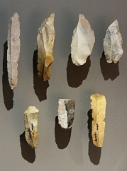 Grotte de Bernifal - English: Burins and blades found by Denis Peyrony in Bernifal cave, Meyrals, Dordogne, France. Upper Magdalenian, near 12,000 - 10,000 BP. These tools can be seen in the National Prehistory Museum in Les Eyzies-de-Tayac.