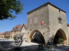 Maison à arcades du 14e siècle - Français:   Molières (Dordogne) - La place de la bastide avec la maison du bayle