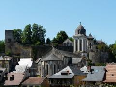 Eglise Saint-Pierre-ès-Liens - Français:   L\'église Saint-Pierre-ès-Liens et le château de Montignac, Dordogne, France.