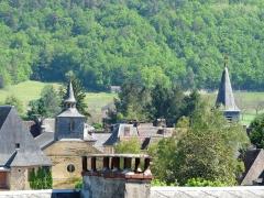Ancien hôpital Saint-Jean ou ancien prieuré - Français:   Les clochers de deux chapelles: celle de l\'ancien couvent des Clarisses à gauche et celle de l\'ancien prieuré à droite, Montignac, Dordogne, France.