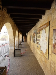Ancien hôpital Saint-Jean ou ancien prieuré - Français:   La galerie du rez-de-chaussée, ancien hôpital Saint-Jean, Montignac, Dordogne, France.