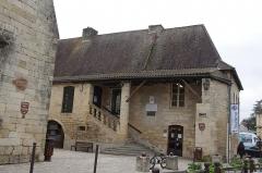 Ancien hôpital Saint-Jean ou ancien prieuré - Français:   Montignac, Dordogne, France. Place Léo Magne avec l\'ancien hôpital St Jean.