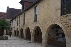Ancien hôpital Saint-Jean ou ancien prieuré - Français:   Montignac, Dordogne, France. L\'ancien hôpital St Jean avec le bureau de l\'information touristique.