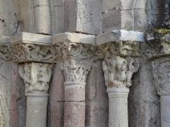 Eglise Notre-Dame de l'Assomption de Ménesterol - Français:   Chapiteaux sculptés, côté droit du portail ouest de l\'église Saint-Pierre-ès-Liens, Ménestérol, Montpon-Ménestérol, Dordogne, France