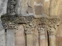 Eglise Notre-Dame de l'Assomption de Ménesterol - Français:   Chapiteaux sculptés, côté gauche du portail ouest de l\'église Saint-Pierre-ès-Liens, Ménestérol, Montpon-Ménestérol, Dordogne, France