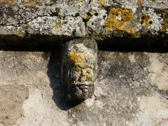 Eglise Notre-Dame de l'Assomption de Ménesterol - Français:   Modillon sculpté au-dessus du portail ouest de l\'église Saint-Pierre-ès-Liens, Ménestérol, Montpon-Ménestérol, Dordogne, France