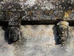 Eglise Notre-Dame de l'Assomption de Ménesterol - Français:   Modillons sculptés au-dessus du portail ouest de l\'église Saint-Pierre-ès-Liens, Ménestérol, Montpon-Ménestérol, Dordogne, France