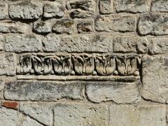 Vestiges de la citadelle gallo-romaine de Vésone - Frise gallo-romaine en remploi dans le mur sud de l'hôtel d'Angoulême, rue Turenne, Périgueux, Dordogne, France.