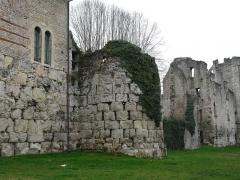 Vestiges de la citadelle gallo-romaine de Vésone - Vestiges d'une tour entre l'hôtel d'Angoulême à gauche et le château Barrière à droite, Périgueux, Dordogne, France. Les gros blocs de la partie inférieure faisaient partie du mur d'enceinte de la citadelle gallo-romaine de Vésone.