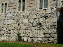Vestiges de la citadelle gallo-romaine de Vésone - Vestiges de la citadelle gallo-romaine de Vésone, au pied du mur ouest de l'hôtel d'Angoulême, Périgueux, Dordogne, France.