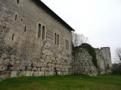 Vestiges de la citadelle gallo-romaine de Vésone - L'hôtel d'Angoulême à gauche et le château Barrière au fond à droite, Périgueux, Dordogne, France. Les gros blocs de la partie inférieure faisaient partie du mur d'enceinte de la citadelle gallo-romaine de Vésone.