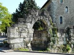 Vestiges de la citadelle gallo-romaine de Vésone - La porte Normande et les vestiges de l'ancienne citadelle gallo-romaine de Vésone, Périgueux, Dordogne, France. Sur la droite, au second plan, l'hôtel d'Angoulême.