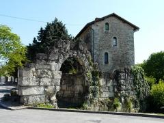 Vestiges de la citadelle gallo-romaine de Vésone - La porte Normande et les vestiges de l'ancienne citadelle gallo-romaine de Vésone, devant l'hôtel d'Angoulême, Périgueux, Dordogne, France.