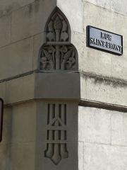 Ancienne loge maçonnique - Français:   À l\'angle des rues Saint-Front et Notre-Dame, sculpture du temple maçonnique de Périgueux, Dordogne, France.