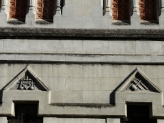 Ancienne loge maçonnique - Français:   Dessus de fenêtres sculptés, façade principale du temple maçonnique de Périgueux, Dordogne, France.