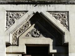 Ancienne loge maçonnique - Français:   Le tympan du portail d\'entrée du temple maçonnique de Périgueux, Dordogne, France.