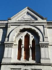 Ancienne loge maçonnique - Français:   Fenêtre au-dessus du portail d\'entrée du temple maçonnique de Périgueux, Dordogne, France.