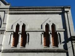 Ancienne loge maçonnique - Français:   Fenêtres de l\'étage, façade principale du temple maçonnique de Périgueux, Dordogne, France.