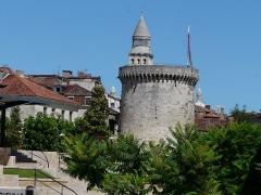 Tour Mataguerre - Français:   Le clocher de la cathédrale Saint-Front semble posé sur le chemin de ronde de la tour Mataguerre, Périgueux, Dordogne, France.