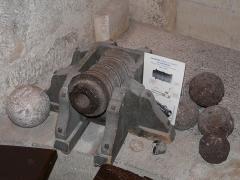Tour Mataguerre - Français:   Bombarde dans la salle des gardes de la tour Mataguerre, Périgueux, Dordogne, France.