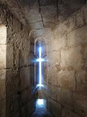 Tour Mataguerre - Français:   Vue intérieure d\'une archère de la salle des gardes, tour Mataguerre, Périgueux, Dordogne, France.