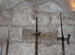 Tour Mataguerre - Français:   Une lance (à gauche) et deux hallebardes, salle des gardes de la tour Mataguerre, Périgueux, Dordogne, France.