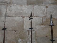 Tour Mataguerre - Français:   Une hallebarde entre deux pertuisanes, salle des gardes de la tour Mataguerre, Périgueux, Dordogne, France.