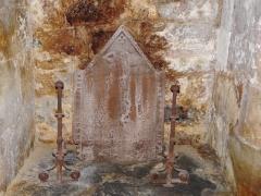 Tour Mataguerre - Français:   Plaque de cheminée et chenets dans la salle des gardes de la tour Mataguerre, Périgueux, Dordogne, France.