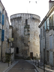 Tour Mataguerre - Français:   La rue Condé et la tour Mataguerre, Périgueux, Dordogne, France.