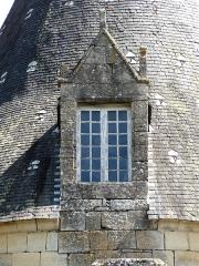 Château de la Chapoulie - Français:   Lucarne du château de la Chapoulie, Peyrignac, Dordogne, France.