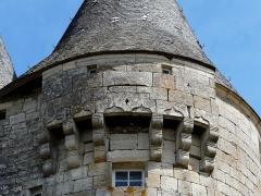 Château de la Chapoulie - Français:   Mâchicoulis du château de la Chapoulie, Peyrignac, Dordogne, France.