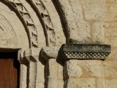 Eglise Saint-Pierre de Faye - Français:   Chapiteaux du portail de l\'église Saint-Pierre de Faye, Ribérac, Dordogne, France.