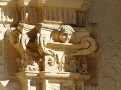 Eglise Saint-Germain de Rouffignac - Français:   Chapiteau du portail Renaissance de l\'église Saint-Germain de Paris, Rouffignac-Saint-Cernin-de-Reilhac, Dordogne, France.