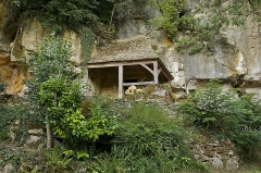 Grotte ornée de gravures prehistoriques, dite aussi Grotte du Sorcier - Français:   Dans la falaise, l\'entrée de la Grotte du Sorcier (Grotte du Roc de Saint-Cirq), en Dordogne. On y trouve des vestiges gravés datant du magdalénien moyen (style IV, vers 15.000 BP), et notamment de rares représentations humaines.