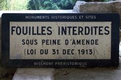 Grotte ornée de gravures prehistoriques, dite aussi Grotte du Sorcier - English: Prohibition sign