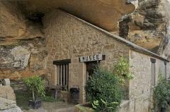 Grotte ornée de gravures prehistoriques, dite aussi Grotte du Sorcier - Français:   L\'entrée du petit musée préhistorique troglodyte de la \