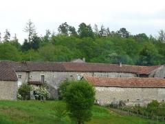 Restes du prieuré de Badeix - Français:   Le côté ouest de l\'ancien prieuré de Badeix, Saint-Estèphe, Dordogne, France.