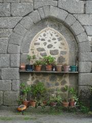 Restes du prieuré de Badeix - Français:   Ouverture gothique murée, mur nord de la chapelle de l\'ancien prieuré de Badeix, Saint-Estèphe, Dordogne, France.