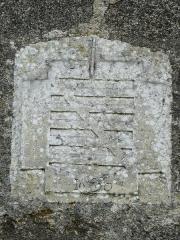 Restes du prieuré de Badeix - Français:   Armoiries datées de 1690 sur le côté nord de l\'ancien prieuré de Badeix, Saint-Estèphe, Dordogne, France.